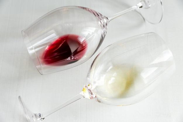Gläser mit rot- und weißwein