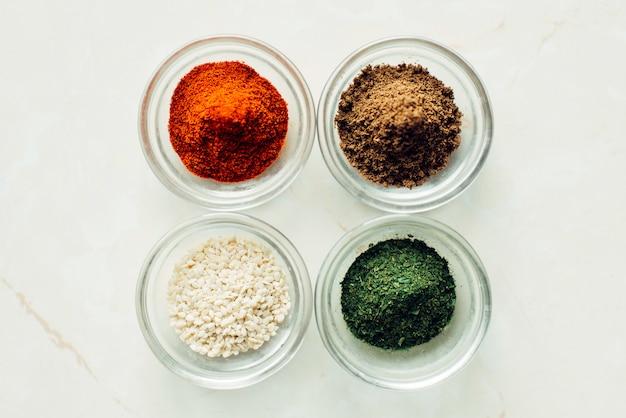 Gläser mit sesam, koriander, paprika und dill. sortengewürz-konzept