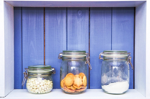 Gläser mit süßigkeiten auf dem küchenregal