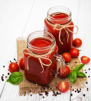 Gläser mit tomatensaft