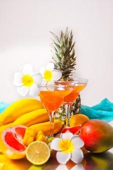 Gläser mit tropischen exotischen multifruitsaft-cocktails trinken