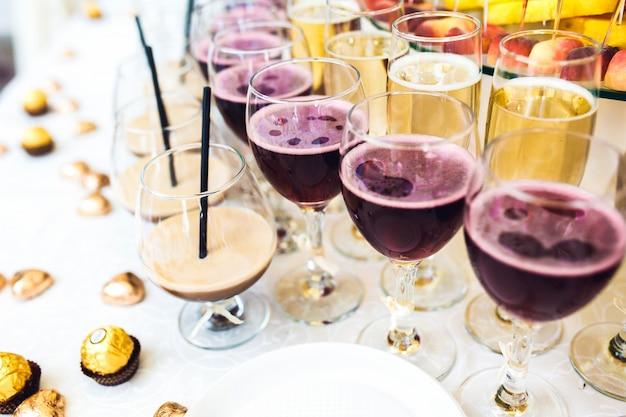 Gläser mit verschiedenen arten von getränken