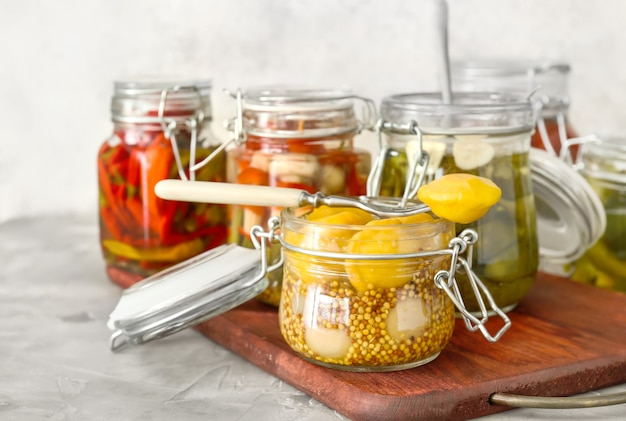 Gläser mit verschiedenen gemüsekonserven auf dem tisch