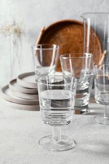 Gläser mit wasser auf dem tisch