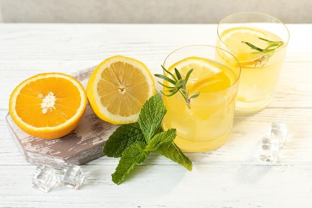 Gläser mit zitruslimonade, sommer-erfrischungsgetränk, draufsicht