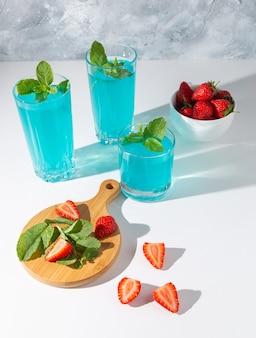Gläser mojito mit minze und erdbeeren