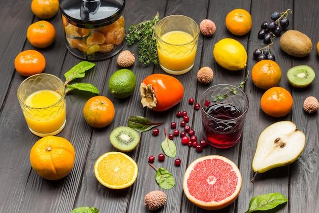 Gläser orangen- und grapefruitsaft mit tropischen früchten