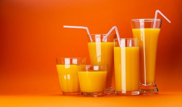 Gläser orangensaft lokalisiert auf farborangenhintergrund mit kopienraum für text
