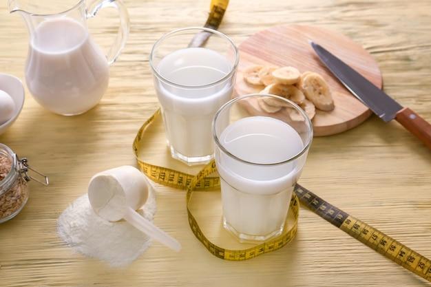 Gläser protein-shake mit maßband auf dem tisch
