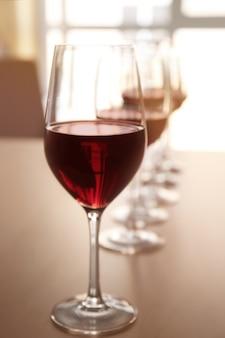 Gläser rotwein auf tisch im restaurant