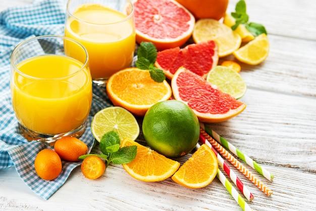 Gläser saft und zitrusfrüchte