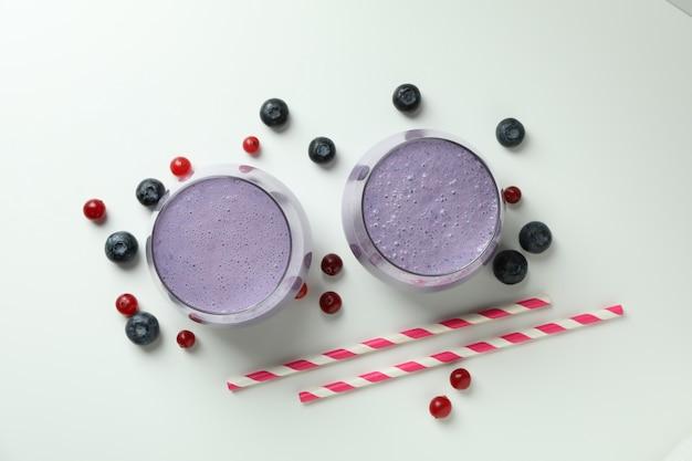 Gläser smoothie und zutaten auf weißem hintergrund