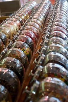 Gläser süßigkeiten im im stadtzentrum gelegenen historischen bezirk in branson, missouri, usa