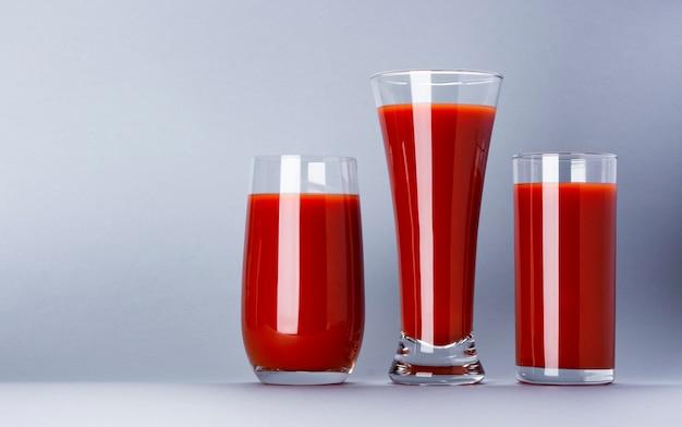 Gläser tomatensaft lokalisiert auf weißem hintergrund