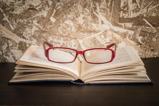 Gläser und buch mit retro- weinleseart des filtereffektes