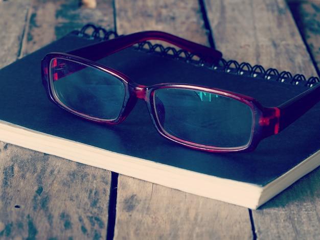 Gläser und buch retro-vintage-stil