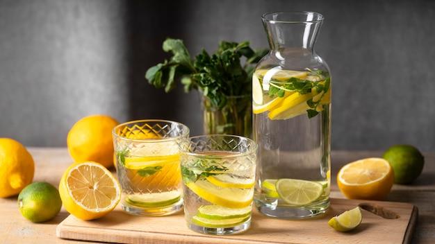 Gläser und flasche mit fruchtigem wasser