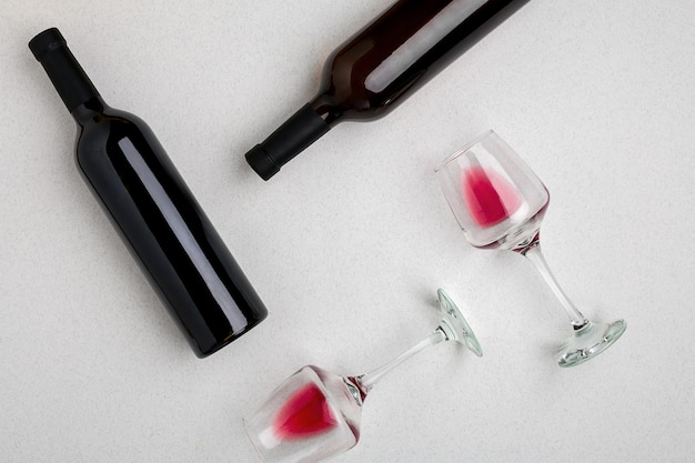 Gläser und flaschen rot- und weißwein auf weißem hintergrund aus der draufsicht. platz kopieren