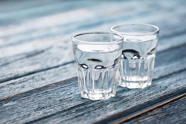 Gläser und krug mit kaltem wasser