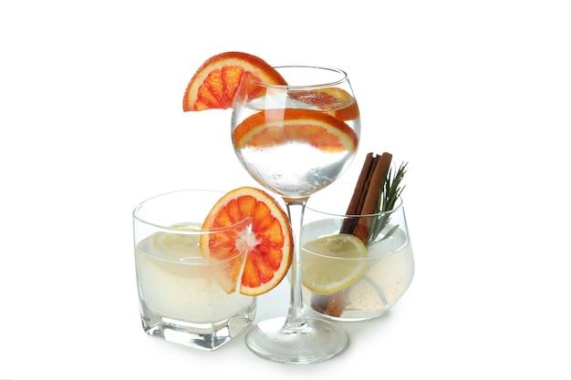 Gläser von cocktails isoliert auf weißer oberfläche