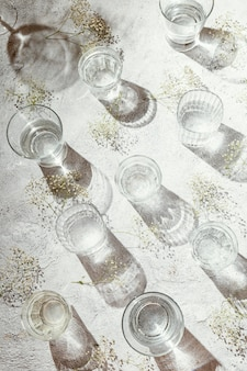 Gläser wasser auf dem tisch