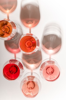 Gläser weißer und rosafarbener wein mit ihren schatten