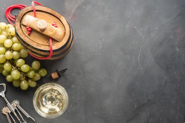 Gläser weißwein auf dunklem hintergrund