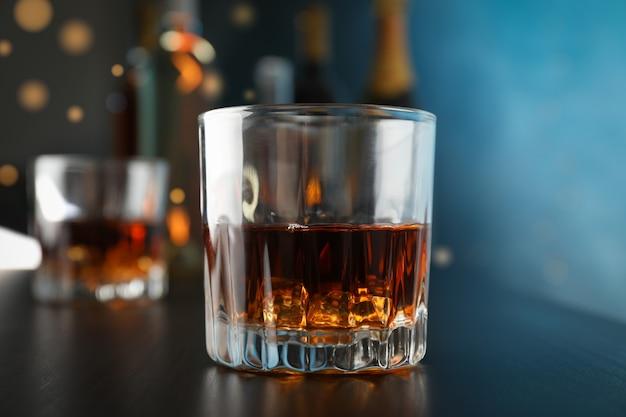 Gläser whisky auf bartheke, nahaufnahme und platz für text