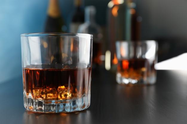Gläser whisky auf bartheke