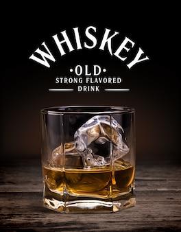 Gläser whisky auf hölzernem hintergrund.