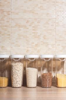 Gläser zum aufbewahren von getreide, nudeln und anderen schüttgütern in der küche