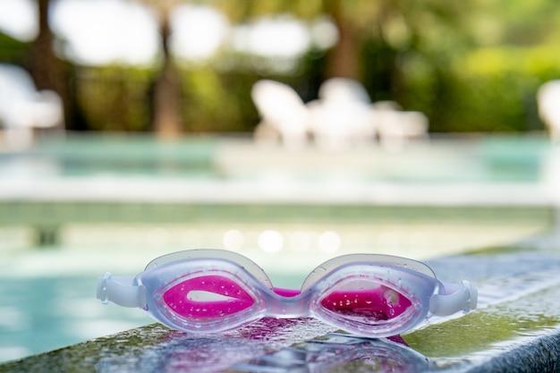 Gläser zum schwimmen im pool