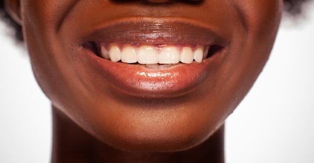 Glamour afroamerikaner weibliches lächeln