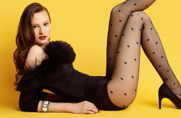 Glamour brünette frau in einem schwarzen body