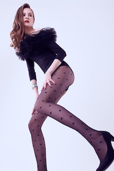 Glamour brünette frau modell im schwarzen körper mit fatin isoliert