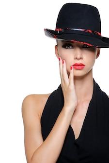 Glamour elegante sexy frau mit wunderschönen schwarzen hut