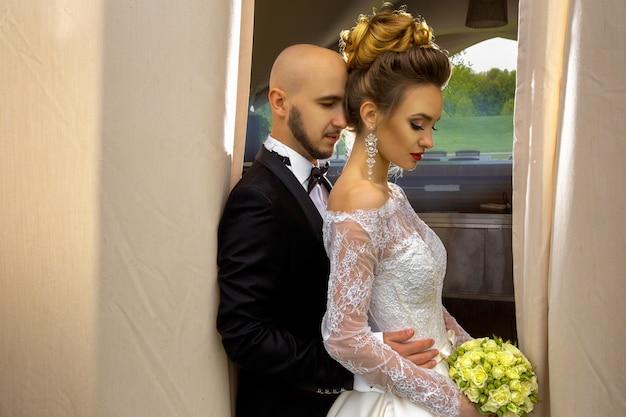 Glamour junges, nur fröhliches paar, das sich im freien umarmt