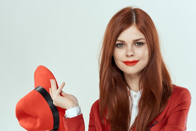 Glamour-kosmetik-glamour der attraktiven frau mit rotem hut