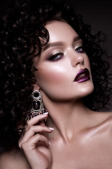 Glamour lady, schönes mädchen auf grauem hintergrund. porträt. welliges haar, perfektes make-up. geschlossene augen.