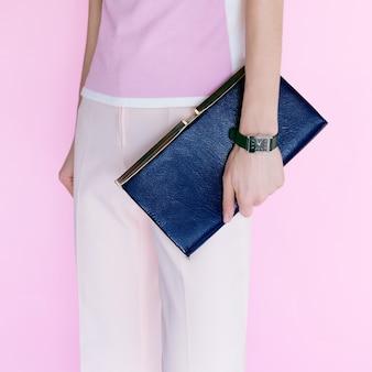 Glamour-modell mit modischer clutch. vanille-stil