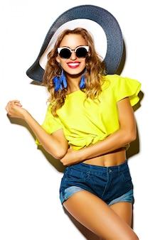 Glamour stilvolles schönes junges frauenmodell in lässiger hipster-kleidung. hübsches mädchen, das auf studio aufwirft