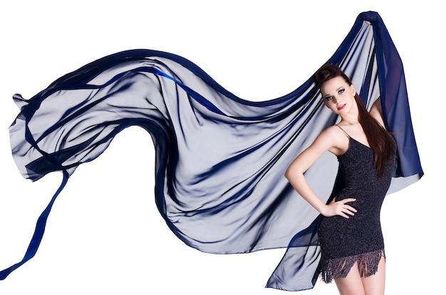 Glamourfrau mit blasendem blauem chiffon