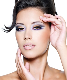 Glamourfrau mit modernem mode-make-up, das kamera betrachtet