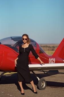 Glamouröse frau posiert im flugzeug