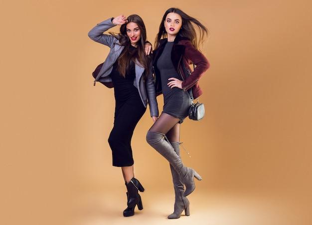 Glamouröse hübsche frauen posieren und tragen lässige winterjacken