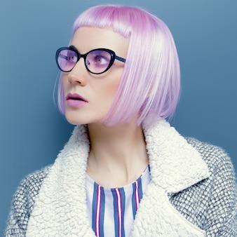 Glamouröse lady in trendbrille und rosa haaren.