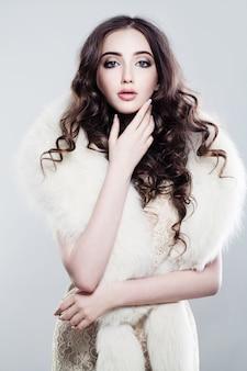 Glamouröse modefrau im luxus-abendkleid