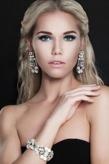 Glamouröse modefrau mit blonden haaren und diamantschmuck