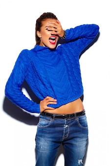 Glamouröse stilvolle schöne junge frau mit roten lippen, die einen blauen pullover tragen