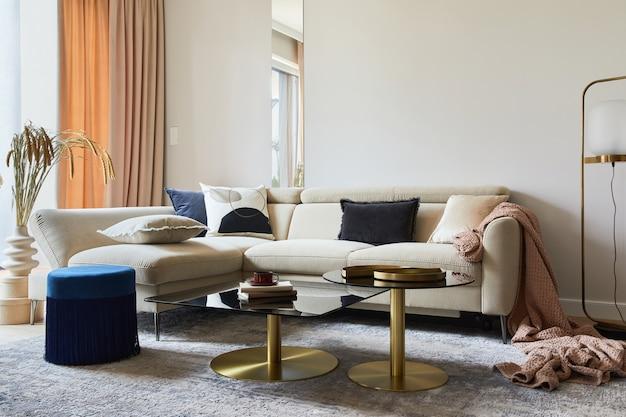 Glamouröses wohnzimmerdesign mit modernem beigefarbenem sofa, glascouchtisch, rotem sessel und goldenen accessoires. vorlage.